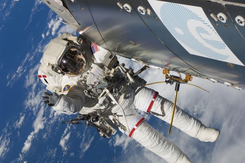 Berjalan di luar angkasa